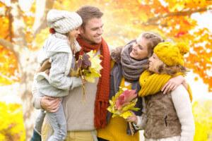 Ratenkredit Vergleich steht für fröhliche Familie im Herbst