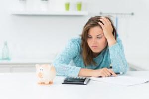 Frau rechnet mit Online Kredit für den Kreditantrag