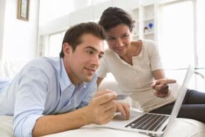Paar auf Suche nach Onlinekredit mit Sofortzusage